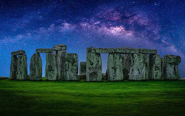 Cielo estrellado en Stonehenge, Inglaterra © Nuttawut Uttamaharad / Shutterstock