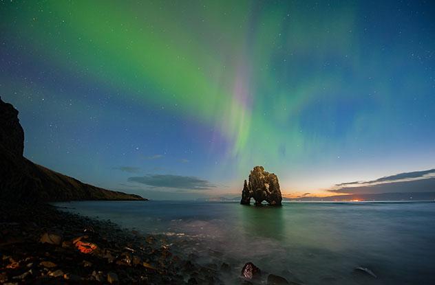 El majestuoso farallón Hvitserkur, península de Vatnsnes, Arctic Coast Way, Islandia © freedom100m / Shutterstock