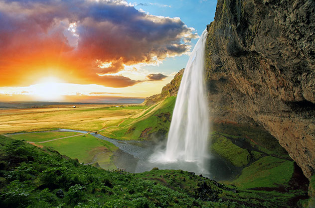 Vistas espectaculares de la cascada de Seljalandsfoss, Islandia