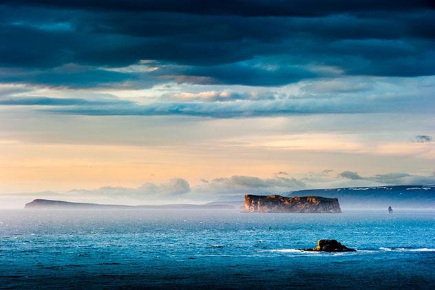 La remota y deshabitada Drangey es un santuario para muchas especies de aves, Skagafjörður, Arctic Coast Way, Islandia © subtik / Getty Images