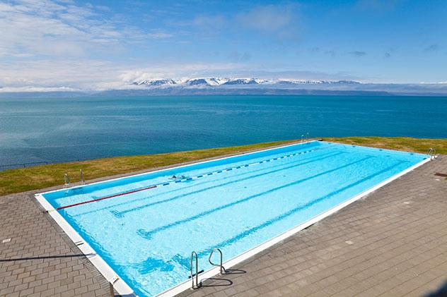 Unos largos de piscina con vistas espectaculares en Hofsós, Tröllaskagi, Arctic Coast Way, Islandia © Horst Gerlach / Getty Images