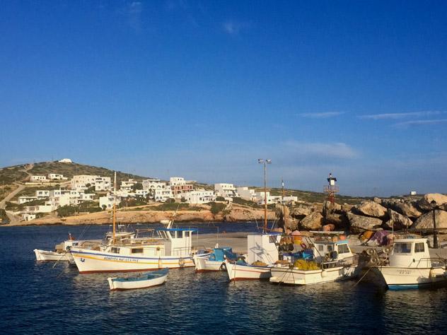El sencillo puerto de Stavros, principal núcleo habitado de Donousa, Pequeñas Cícladas, islas griegas, Grecia © Carolyn Bain / Lonely Planet