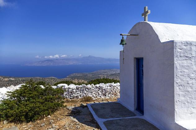 Una solitaria capilla cimera con vistas a la isla de Iraklia, Pequeñas Cícladas, islas griegas, Grecia © kokixx / Shutterstock