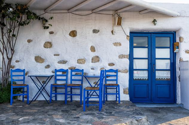 Pequeña taberna rústica a la espera de clientes en Ano Koufonisi, Koufonisia, Pequeñas Cícladas, islas griegas, Grecia © Konstantinos_K / iStock / Getty Images