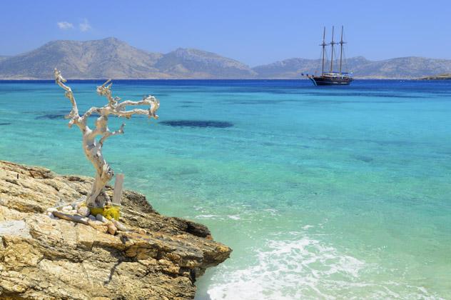 Las aguas cristalinas de Koufonisia, en las Pequeñas Cícladas, islas griegas, Grecia © Aetherial / iStock / Getty Images