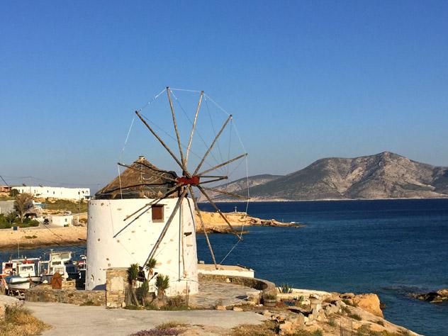Un molino de viento tradicional en la cala de Loutro, en Koufonisia, Pequeñas Cícladas, islas griegas, Grecia © Carolyn Bain / Lonely Planet