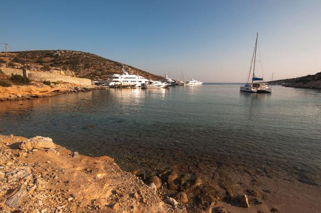 Barcos fondeados en una apacible cala de Schinoussa, Pequeñas Cícladas, islas griegas, Grecia © Dimitrios Koralis / Shutterstock