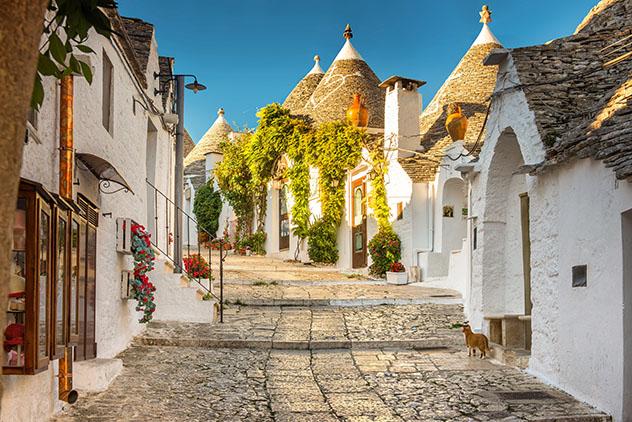 Calle con 'trulli' de Alberobello, cerca de Bari, Italia © thegrimfandango / Shutterstock