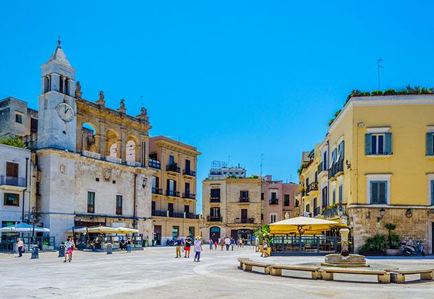 Explorar el casco antiguo de Bari en bicicleta es una buena opción para recorrer la ciudad, Italia © trabantos / Shutterstock