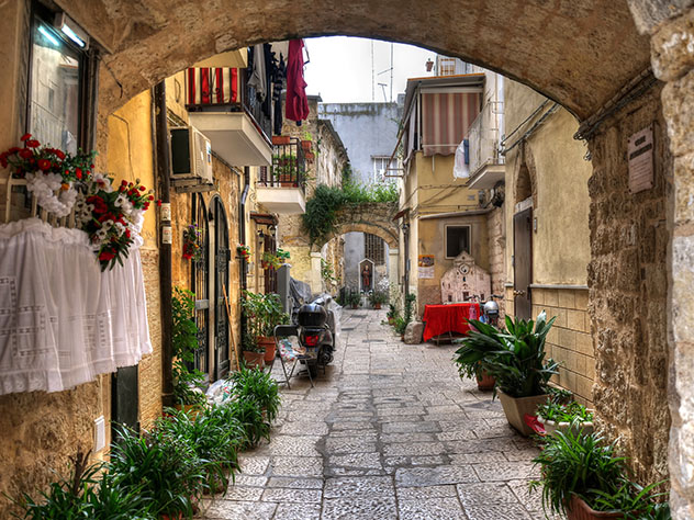Calles de Bari Vecchia, el casco antiguo de Bari, Italia © Ycharton / Shutterstock