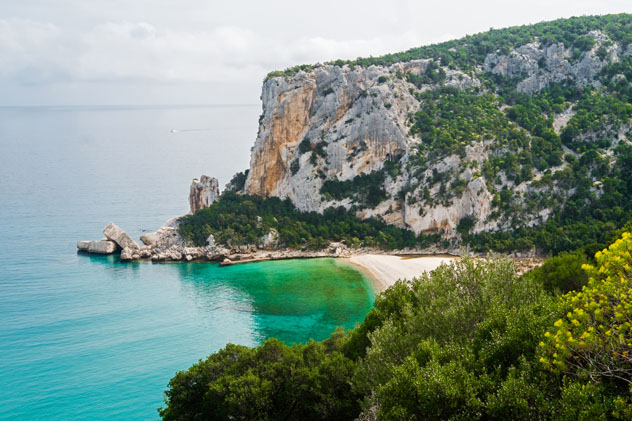 Playa en Cala Luna, Cerdeña © Elisa Locci / Shutterstock