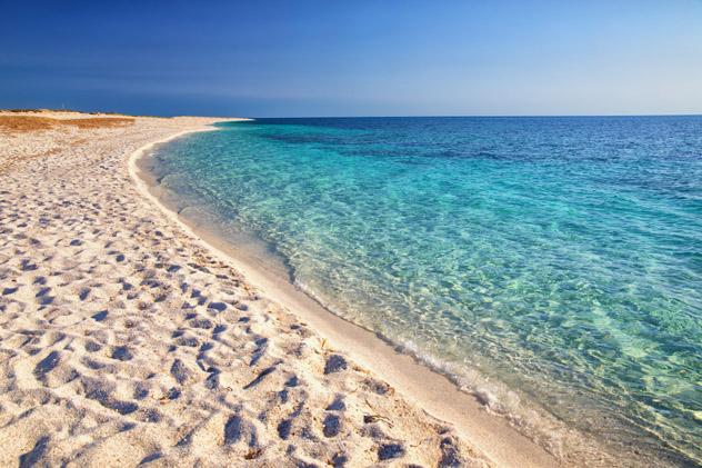 Un paseo por la preciosa arena de cuarzo de la playa Is Aruttas, Cerdeña © gevision / Shutterstock