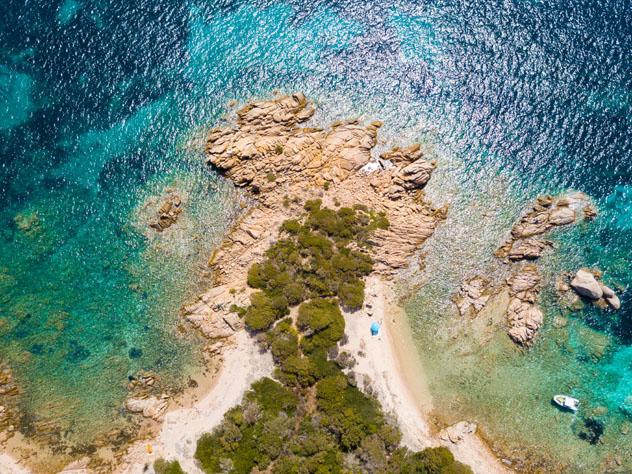 Un recorrido alrededor de isla Budelli, que forma parte del archipiélago de La Maddelena, Cerdeña © PriceM / Shutterstock