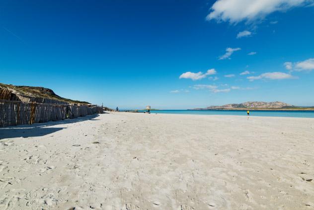 La arena blanca de Spiaggia della Pelosa se llena de gente en verano, Cerdeña © Hibiscus81 / Shutterstock