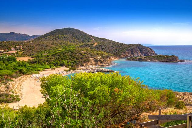 La suave arena y las aguas poco profundas de Spiaggia Su Portu son ideales para disfrutarlas en familia, Cerdeña © gevision / Shutterstock