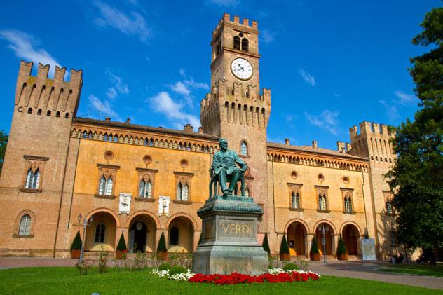 Estatua de Verdi delante del Palacio Verdi, Busseto, Emilia-Romaña, Italia © Luca Santilli / Shutterstock