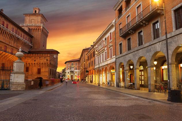 El Castello Estense se alza sobre el centro de Ferrara, Emilia-Romaña, Italia © tverkhovinets / Getty Images