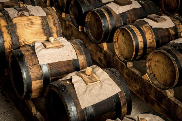 Barriles de distintos tamaños donde envejece el vinagre balsámico, Módena, Emilia-Romaña, Italia © tenzinsherab / Getty Images