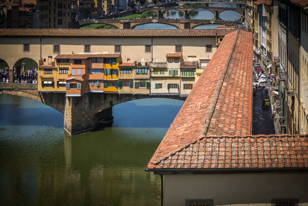 Corredor de Vasari y Ponte Vecchio, Florencia, Italia © jjmillan / Shutterstock