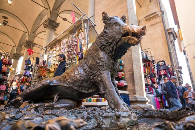 Fuente del Porcellino, Florencia, Italia © f11photo / Shutterstock