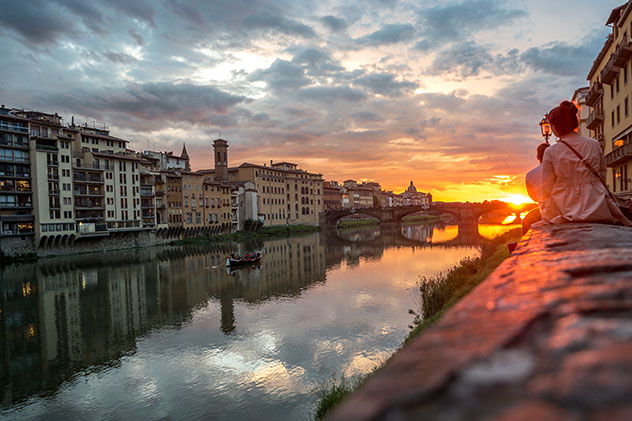 Río Arno al atardecer, Florencia, Toscana, Italia © DinoPh / Shutterstock