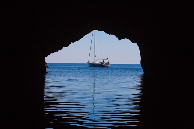 Desde la Grotta del Blue Marino, Filicudi, Islas Eolias, Italia © Alfiya Safuanova / Shutterstock