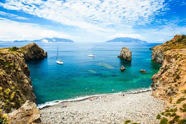 Cala Junco es un sitio idílico para nadar, Panarea, Islas Eolias, Italia © spooh / Getty Images