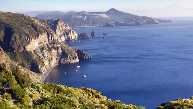 Vistas de Vulcano desde la costa oeste de Lipari en el idílico archipiélago eolio © Matt Munro / Lonely Planet