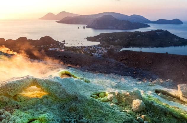 Las Islas Eolias desde los gases sulfurosos del cráter de Vulcano, Italia © Alfiya Safuanova / Shutterstock