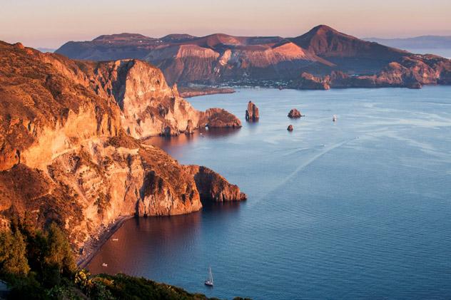 La vista desde Quattrocchi, con la playa Valle I Muria en primer plano y la isla Vulcano al fondo, Islas Eolias, Italia © luiginifosi / Getty Images
