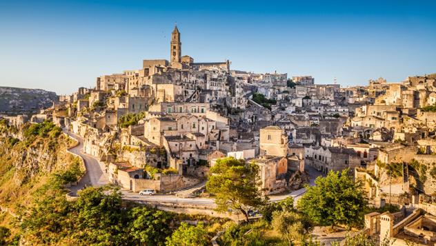 Túneles en ruinas, callejones y casas de roca suben por las colinas de Matera, en la región italiana de Basilicata © bluejayphoto / iStockphoto / Getty Images