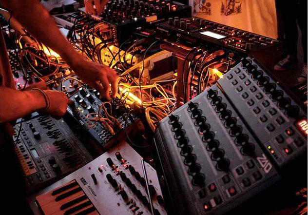 Nápoles, sesión experimental de DJ en Spazio Intolab