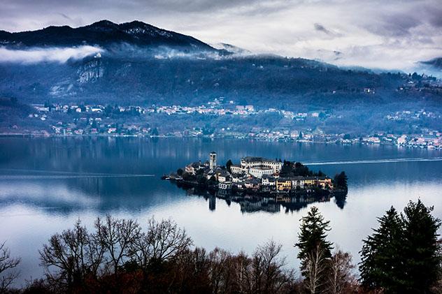 La Isola San Giulio se halla en medio del lago Orta, Piamonte, Italia © Francesco Meroni / Getty Images