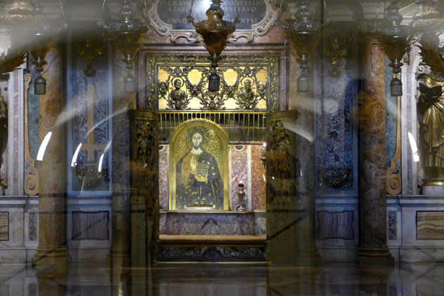 Tumba de San Pedro, Basílica de San Pedro, Roma, Italia © Dnalor 01 / CC