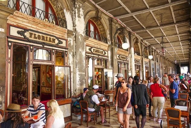 Café Florian, Plaza San Marcos, Venecia, Italia © 4kclips / Shutterstock