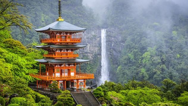 Nachi-no-taki, la cascada más alta de Japón (133 m) desciende junto a la pagoda del templo budista Seiganto-ji © Sean Pavone / Shutterstock