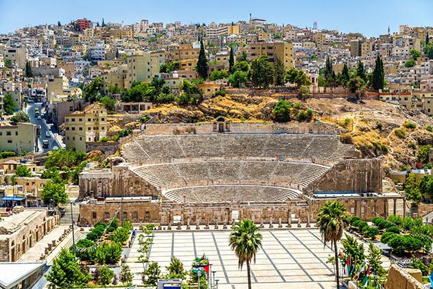 La atracción del sur es intensa, pero no hay que saltarse enclaves históricos como el Teatro Romano de Amán, Jordania © Leonid Andronov / Shutterstock