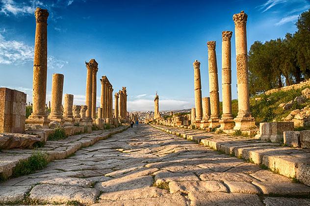 Retroceder al pasado entre las columnas de las ruinas romanas de Jerash, Jordania © lkpro / Shutterstock