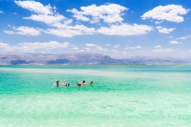 ¿Un chapuzón en las aguas hipersalinas del mar Muerto?, Jordania © Olesya Baron / Shutterstock