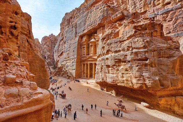 El Tesoro (Al Khazneh), tallado en la roca de la mágica y ancestral Petra, Jordania © Truba7113 / Shutterstock