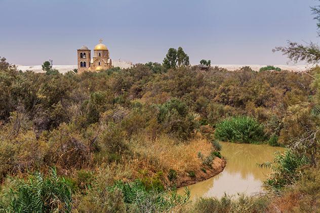 Se puede visitar el punto del río Jordán donde supuestamente se bautizó a Jesús, Jordania © Anton Petrus / Getty Images