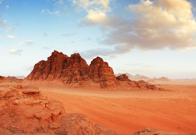 El Jordan Pass incluye explorar los paisajes rojizos y casi marcianos del Wadi Rum, Jordania © moorhen / Getty Images