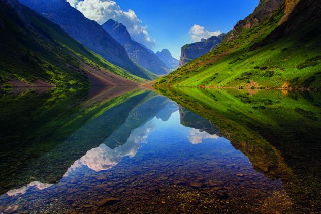 El lago Köl-Tör ocupa un magnífico terreno montañoso, Kirguistán © Anton Agarkov / 500px