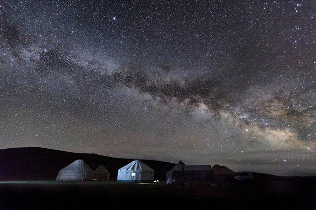 Un cielo sin contaminación lumínica en el valle Tuyuk Botomoymok, Kirguistán © MuratOzcelik / Shutterstock