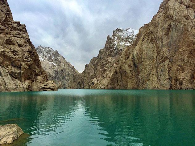 Cielos borrascosos sobre las gélidas aguas del Köl-Suu, Kirguistán © Megan Eaves / Lonely Planet