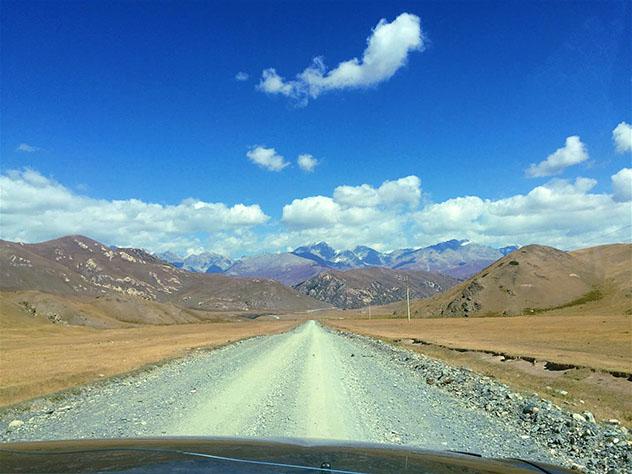 Rumbo a China: las carreteras sin asfaltar de la época soviética son la única vía de entrada y salida de las remotas Tian Shan kirguisas, Kirguistán © Megan Eaves / Lonely Planet