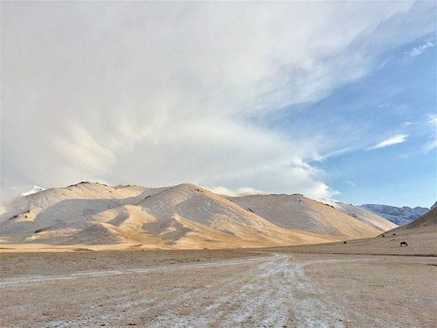 Las toscas estribaciones de las Tian Shan bajo un suave manto de nieve de septiembre, Kirguistán © Megan Eaves / Lonely Planet