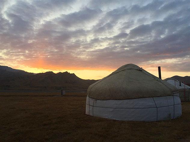 Puesta de sol en un campamento de yurtas, Kirguistán © Megan Eaves / Lonely Planet