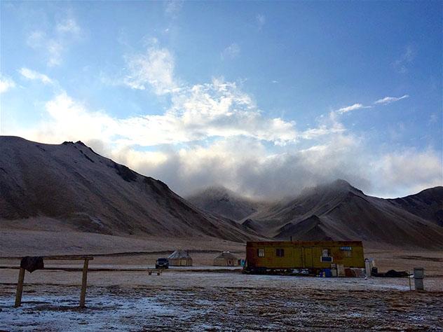 Un amanecer frío y claro sobre el campamento de yurtas y el vagón donde vive la familia, Kirguistán © Megan Eaves / Lonely Planet