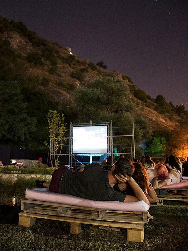 La fortaleza medieval de Prizren se convierte en un cine al aire libre durante el Dokufest, Kosovo © Cortesía deMrinë Godanca / Dokufest